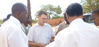 Le 12 avril 2010, M. le Ministre de l'Equipement et des Transport Ahmed Diane Séméga a visité le chantier de la Cité Administrative.