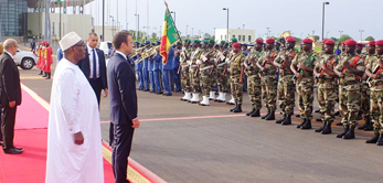 Le 2 juillet 2017, le Président Emmanuel Macron est accueilli au Pavillon VIP par le Président IBK.